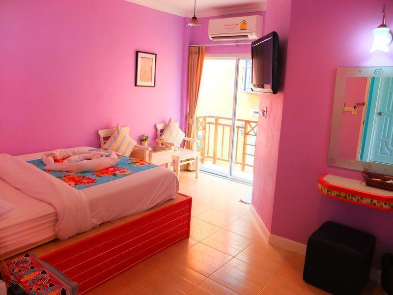 hotelzimmer in pink auf koh larn