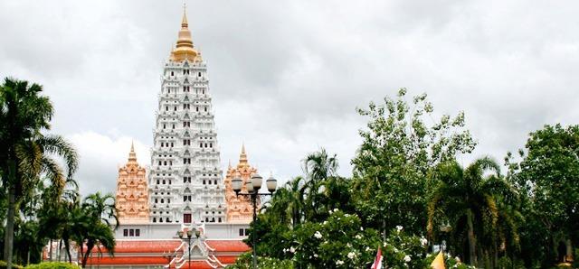 weisser tempel und palme