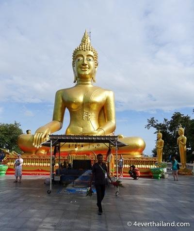 vergoldete statue eines buddhas