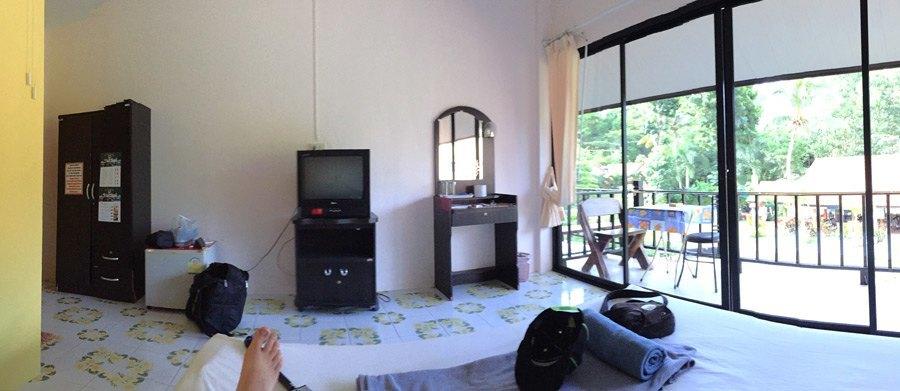 Hotelzimmer mit Stühlen, Tischen und TV