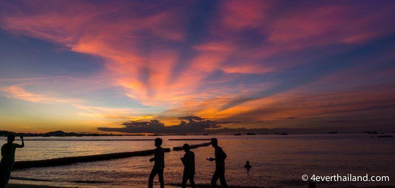 Sonnenuntergang am Strand mit bunten wolken